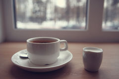 Café com leite na tabela do café Imagens de Stock Royalty Free