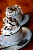 Café com lote do creme wipped foto de stock