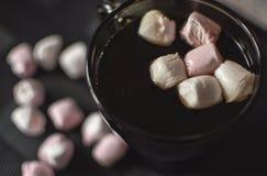 Café com marshmallows fotografia de stock royalty free