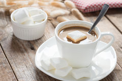 Café com marshmallows em uma tabela de madeira Fotos de Stock