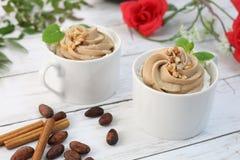 Café com o creme do chicote do chocolate Foto de Stock Royalty Free