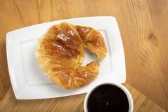 Café com o croissant para o café da manhã Imagem de Stock