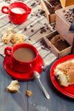 Café com o leite serido com um croissant Foto de Stock Royalty Free