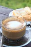 Café com pão no jardim foto de stock royalty free