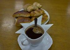 Café com rissol e bolos com maçãs e queijo fotografia de stock royalty free