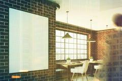 Café com um cartaz vertical, close up do tijolo, homem Fotografia de Stock