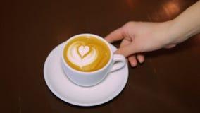 Café con crema azotada en una taza blanca almacen de metraje de vídeo