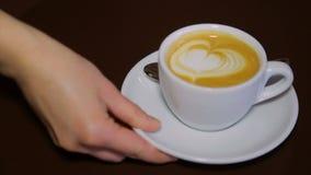 Café con crema azotada en una taza blanca metrajes
