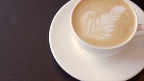 Café con crema azotada en una taza blanca almacen de video