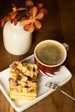 Café con dos pedazos de torta de miel en la placa Fotos de archivo