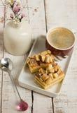 Café con dos pedazos de torta de miel en la placa Imágenes de archivo libres de regalías