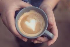 Café con el corazón del amor Foto de archivo