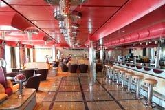 Café con el interior brillante, la barra y el celling rojo Imágenes de archivo libres de regalías