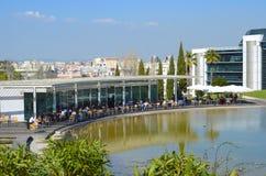 Café con el lago en Lisboa. Portugal Imagen de archivo libre de regalías