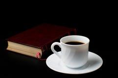 Café con el libro viejo Imágenes de archivo libres de regalías
