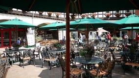 Café con el paraguas verde almacen de metraje de vídeo