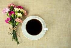 Café con el ramo del clavel Fotografía de archivo libre de regalías