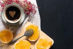Café con forma del corazón y pan con el atasco Fotografía de archivo
