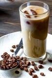 Café con hielo en vidrio en fondo de madera Foto de archivo