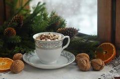 Café con la melcocha y las ramas de árbol de navidad en una ventana nevosa de madera vieja Invierno Tarjeta de la Navidad y del A Fotos de archivo libres de regalías