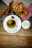 Café con la panadería en Woody Retro Background fotos de archivo