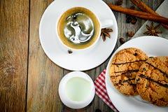 Café con la panadería en Woody Retro Background foto de archivo libre de regalías