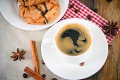 Café con la panadería en Woody Retro Background foto de archivo