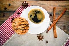 Café con la panadería en Woody Retro Background imágenes de archivo libres de regalías