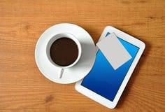 Café con la tableta digital Fotos de archivo libres de regalías