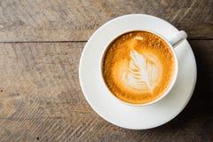 Café con la taza blanca en el fondo de madera Imágenes de archivo libres de regalías