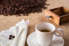 Café con las café-habas en yute Fotografía de archivo libre de regalías