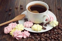 Café con las galletas del merengue Imagen de archivo