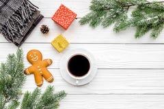 Café con las galletas por la tarde de la Navidad Ahueque cerca de rama spruce en el copyspace de madera blanco de la opinión supe Fotos de archivo libres de regalías