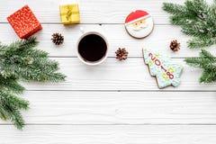 Café con las galletas por la tarde de la Navidad Ahueque cerca de rama spruce en el copyspace de madera blanco de la opinión supe Imagenes de archivo
