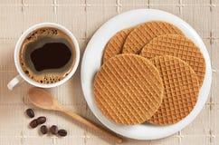 Café con las galletas redondas Foto de archivo