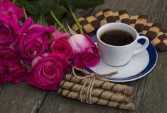 Café con las galletas y la unión de las rosas del escarlata Fotos de archivo libres de regalías
