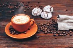 Café con las galletas y los granos de café Fotografía de archivo libre de regalías