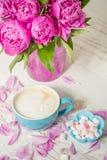 Café con las peonías rosadas de la leche y de las flores Fotografía de archivo