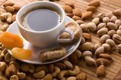 Café con las tuercas, el higo y los albaricoques secados Fotos de archivo libres de regalías