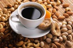 Café con las tuercas, el higo y los albaricoques secados Imagen de archivo