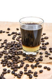 Café con leche condensada y el grano de café Foto de archivo libre de regalías