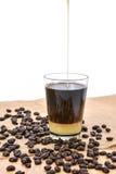Café con leche condensada y el grano de café Fotografía de archivo libre de regalías
