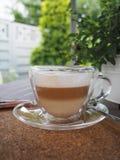 Café con leche del capuchino o para una reunión de negocios con un cliente fotos de archivo