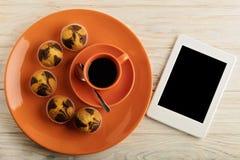 Café con leche, los molletes y el eBook fotos de archivo libres de regalías