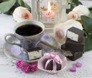 Café con los caramelos y las rosas Foto de archivo libre de regalías