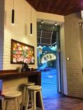 Café con los cruasanes y las paredes de ladrillo blancas Imagen de archivo libre de regalías