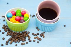 Café con los dulces en un fondo de madera azul Imágenes de archivo libres de regalías