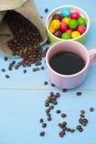Café con los dulces en un fondo de madera azul Fotografía de archivo