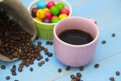 Café con los dulces en un fondo de madera azul Fotos de archivo