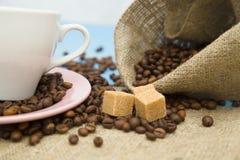 Café con los dulces en un fondo de madera azul Fotografía de archivo libre de regalías